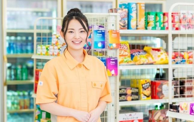 女性のコンビニ店員